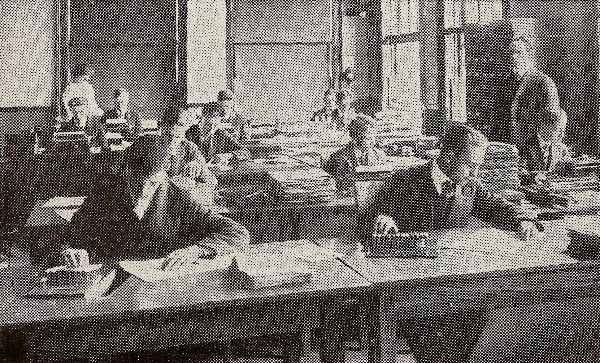 1918 Men Using Comptometers 3.11 OM.jpg (105645 bytes)